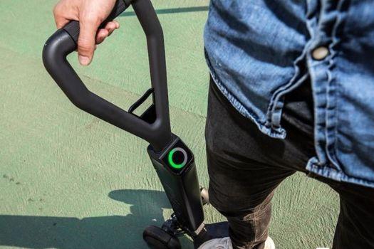 奥迪推出E-Tron电动滑板车,支持蓝牙连接-1