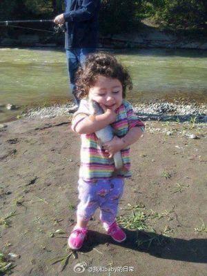 小孩子的幸福真简单,抓到一只鱼就可以开心成这样-1